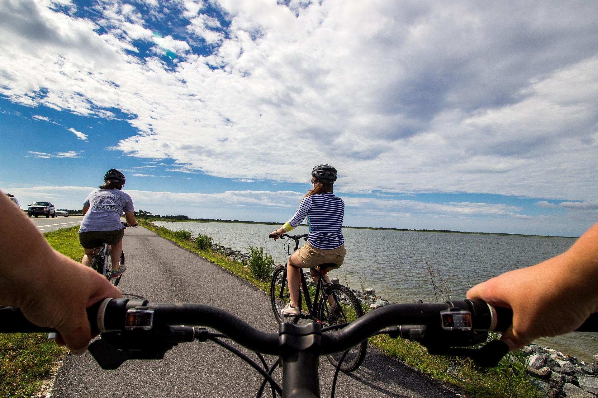 Chicos en bicicleta
